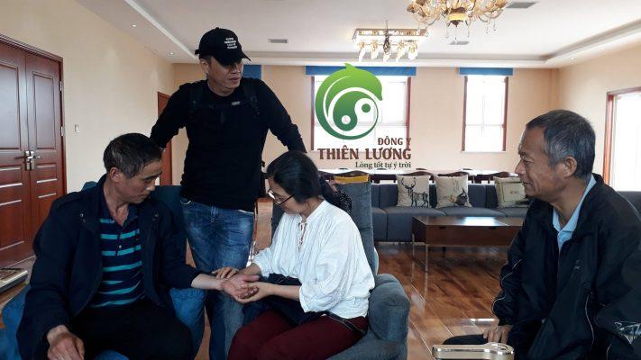 Lương Y Đinh Thị Song Nga bắt mạch khám bệnh cho các thành viên công ty đối tác TQ