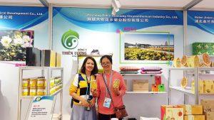 Thăm quan các sản phẩm tử hoa cúc của công ty chuyên trồng và kinh doanh hoa cúc.