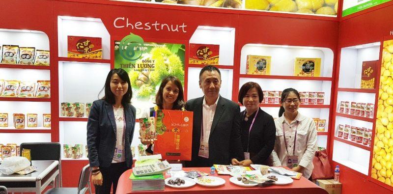 Đông y Thiên Lương cùng ông chủ nhà cung cấp hạt dẻ hữu cơ hàng đầu thế giới.