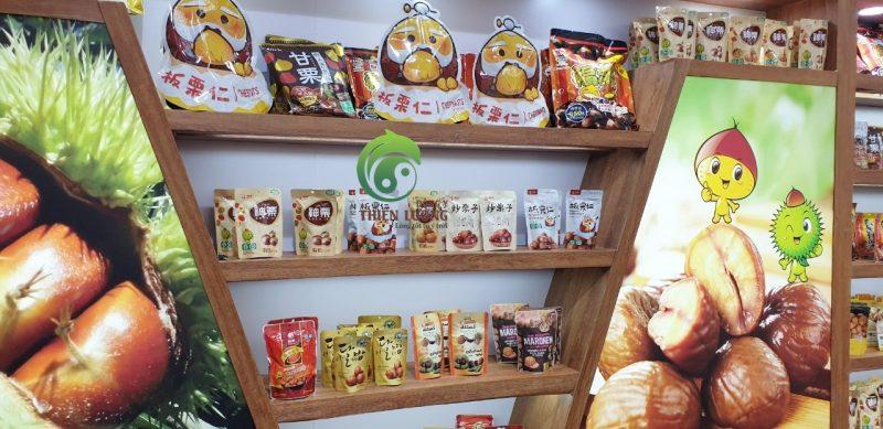 Một góc nhỏ tại gian hàng hạt dẻ hữu cơ lớn nhất hội chợ với đầy đủ các chủng loại bao bì.
