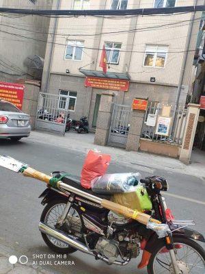 Hình ảnh được chụp lại khi hắn mua giúp Thiên Lương chiếc kéo cắt cành dài hơn 2m.