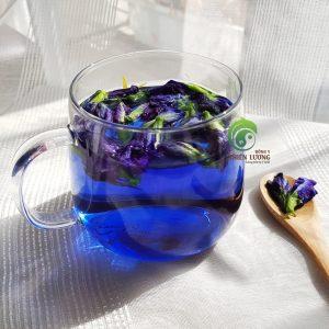 Màu xanh quyến rũ của hoa đậu biếc được sử dụng để tạo màu cho các món ăn - thay thế cho các chất tạo màu công nghiệp.